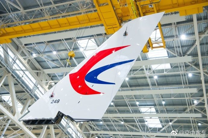 据空客官方微博6月13日消息,日前,中国东方航空首架空客A350XWB宽体飞机在图卢兹空客工厂开始总装。2016年,东航订购了20架A350-900。更宽的座椅,更舒适的客舱,A350XWB将为东航的