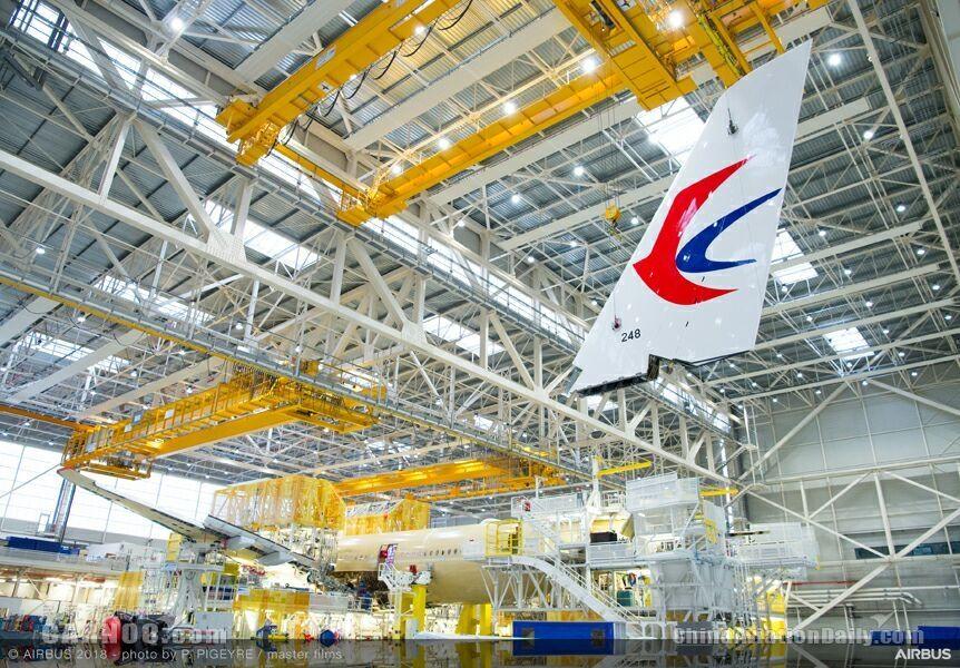 空客A350总装线首现东航LOGO