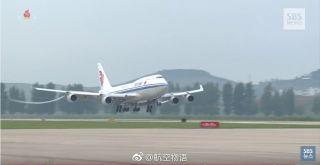 """6月10日,朝鲜最高领导人金正恩乘坐中国提供的专机(国航波音747客机)前往朝美领导人会晤举办地新加坡,韩国SBS(首尔广播电视台)播放了长达40多分钟的新加坡之行纪录片。图片来自微博网友""""@航空物语"""""""