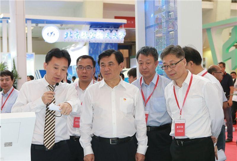 冯正霖参观首届民航科教创新成果展空管展台