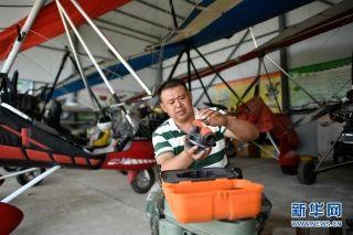 刘亦兵在飞行营地对飞行设备进行维护。摄影:王鹏