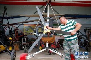 刘亦兵在维护动力三角翼飞机。摄影:林繁晶