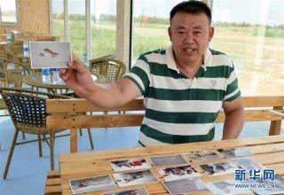 刘亦兵向记者讲述飞行经历。 摄影:侯东涛