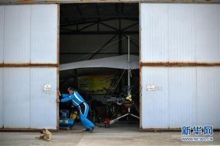 在银川市贺兰县,刘亦兵拉开机库大门,做飞行前准备工作。摄影:王鹏
