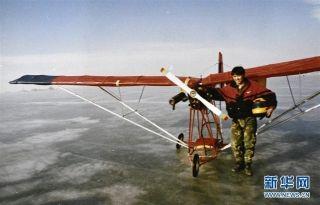 1996年,刘亦兵与自己制造的飞机合影。摄影:刘泉龙
