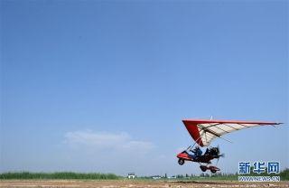 刘亦兵在飞行营地驾驶动力三角翼飞机 摄影:王鹏