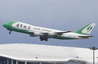 """图:原翡翠航空747-400型客机。民航图库图片,摄影:民航资源网网友""""最爱小童罗""""。浏览作者图库原帖《[原创]再见!绿头747——原翡翠B-2421正式调机离开深圳》。 (摄影:最爱小童罗)"""