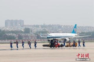 大连机场举行应急救援综合演练 模拟劫持航班