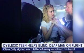 暖心一幕:15岁少女用手语帮助特殊乘客