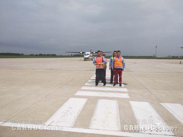 中航工业哈飞工作人员机坪按线行走 摄影:董王南