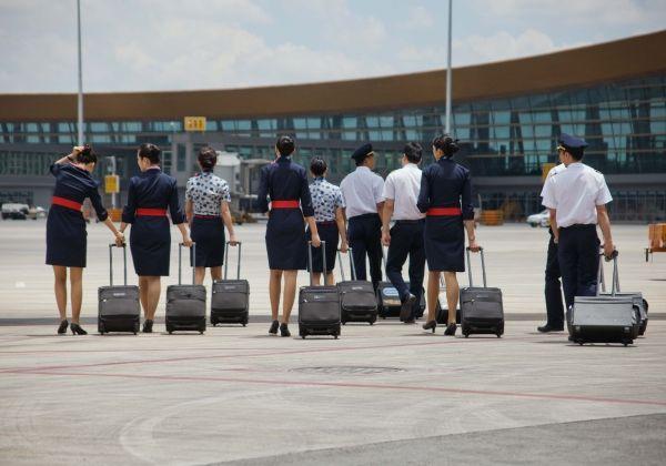 东航云南有限公司乘务员为旅客提供真情服务