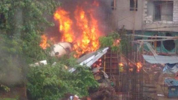 印度一小型飞机在孟买闹市坠毁 已致五人死亡