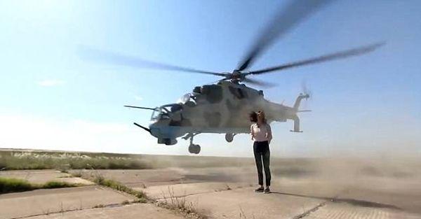 直升机近距离掠过头顶 女记者临危不惧坚持报道