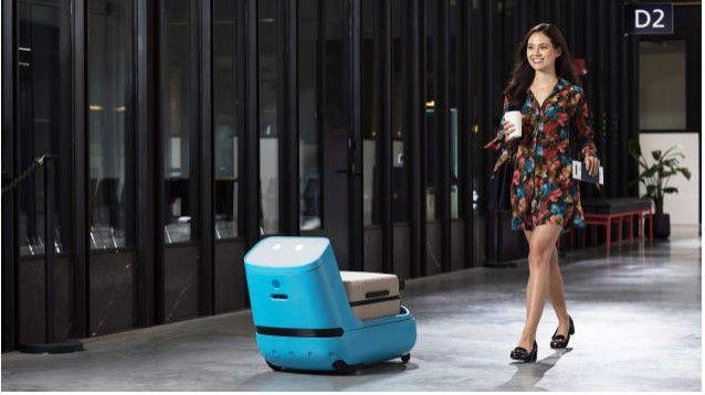 荷航推出新款机器人 帮乘客搬行李并引导登机