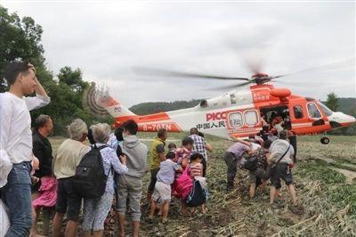 """""""孤岛""""悬停 直升机救出百余群众"""