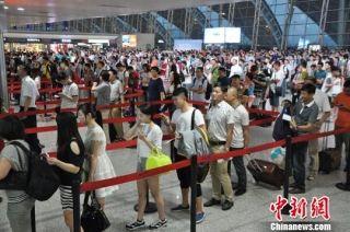 成都机场遇雷暴天气 约9000名旅客滞留机场