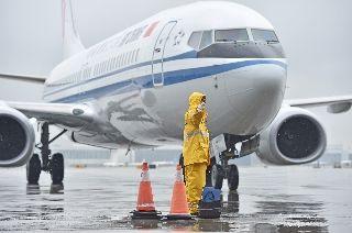 雨中机坪上的Ameco小黄人