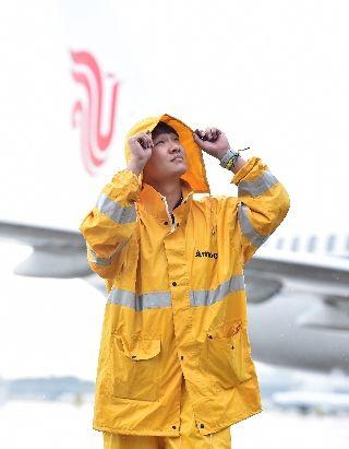 图集:当大雨遇上暑运高峰