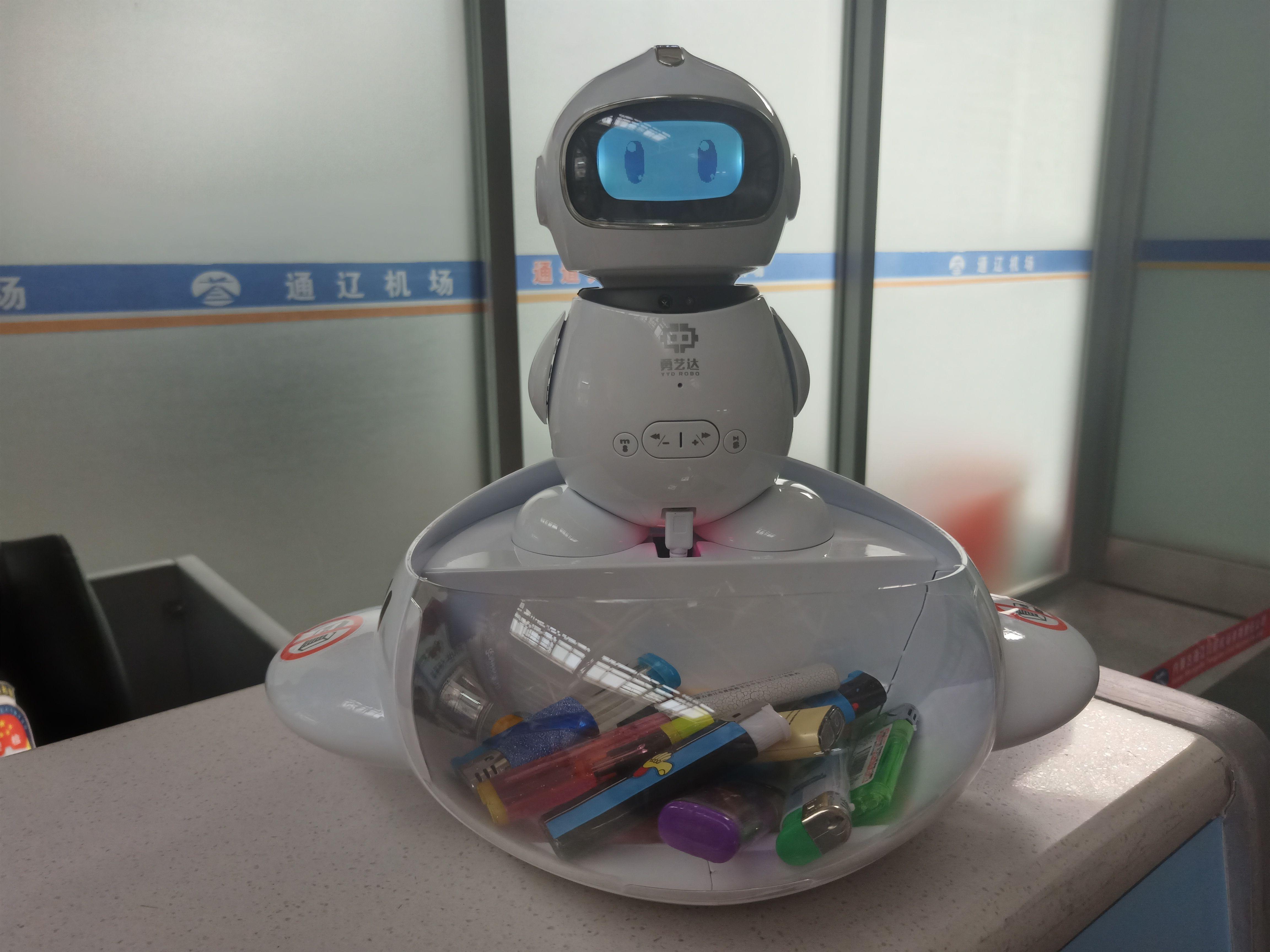 通辽机场安检现场引入安全服务提示智能机器人