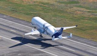 空客超级大白鲸运输机腾空而起   开始首次试飞