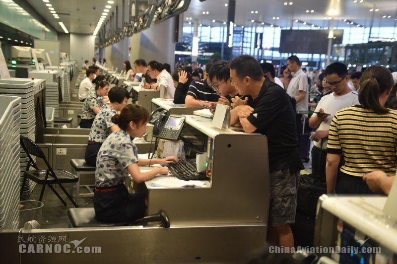 """台风""""安比""""过境 东航航班运行正有序恢复"""