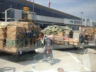 在高温烧烤下的南京机场货运人