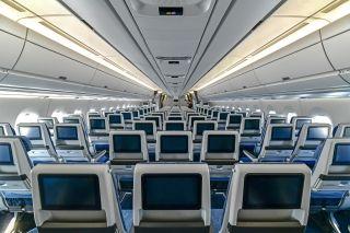 每个座位宽度都有18英寸。CL3710在超薄减重与乘坐舒适性之间取得了不错的平衡,同时在椅背布局上也更合理,留出更多空间给航空公司进行定制,加上Recaro多年的座垫研发,是近期网评颇佳的一款经济舱产品。国航A350经济舱采用了11英寸高清电容屏,同时也提供了电源插座和USB接口。 图片来源:FATIII
