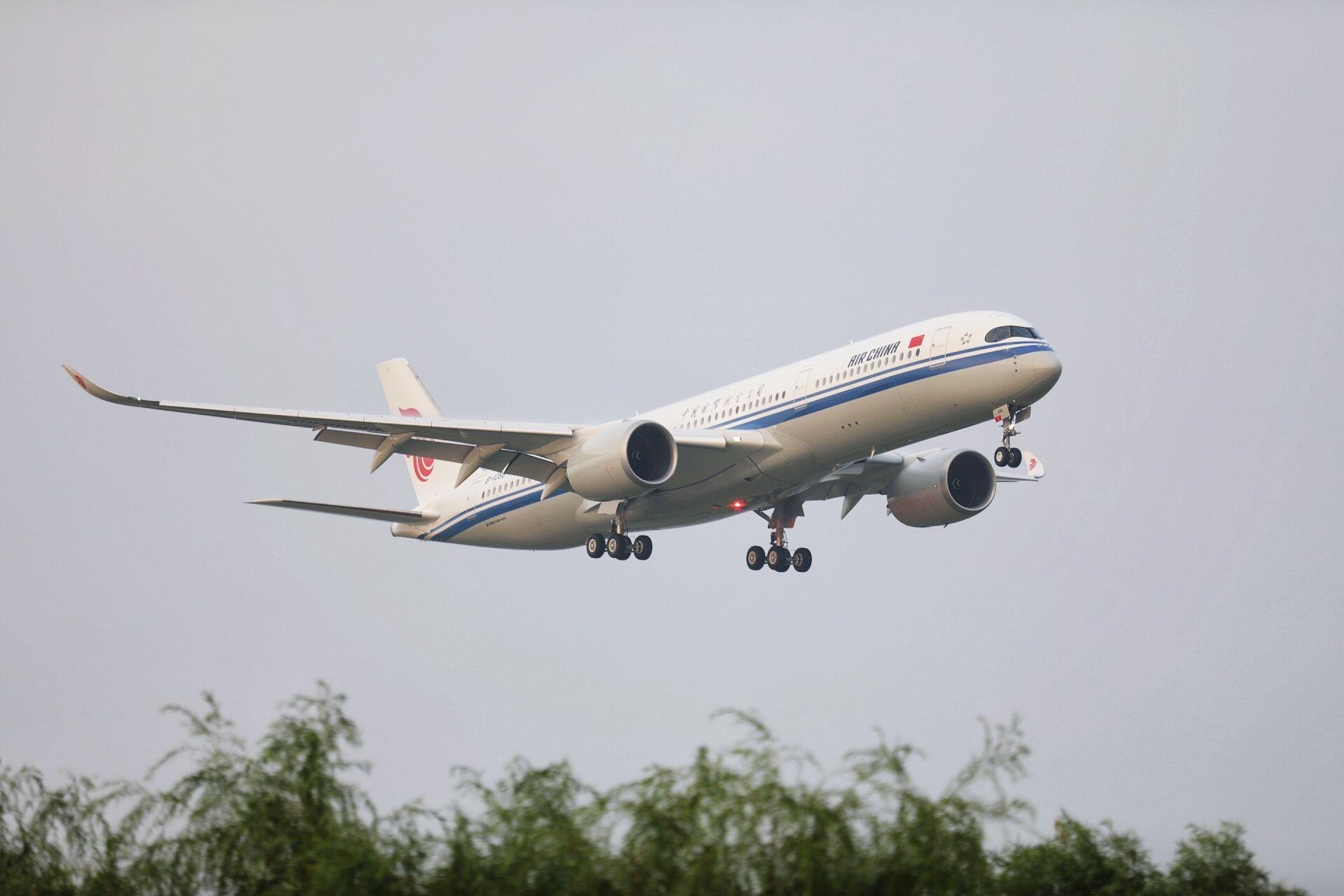 现场直击|到家啦!国航首架A350落地首都机场