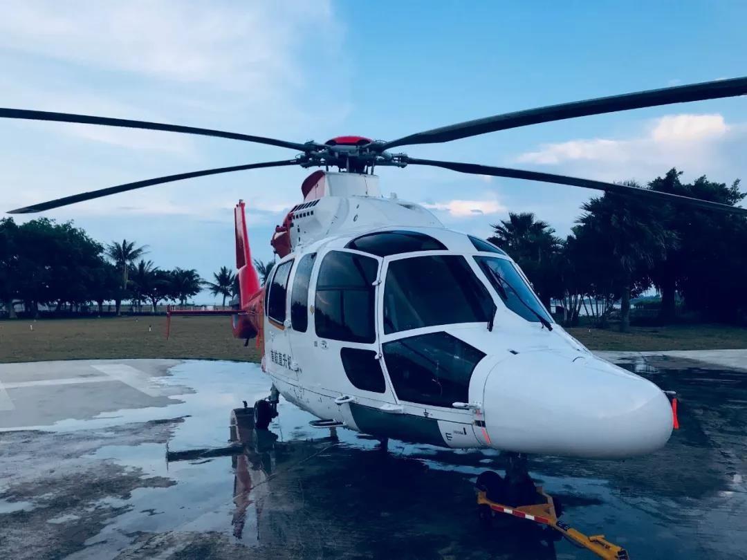 台风天H155直升机争分夺秒运客渡海