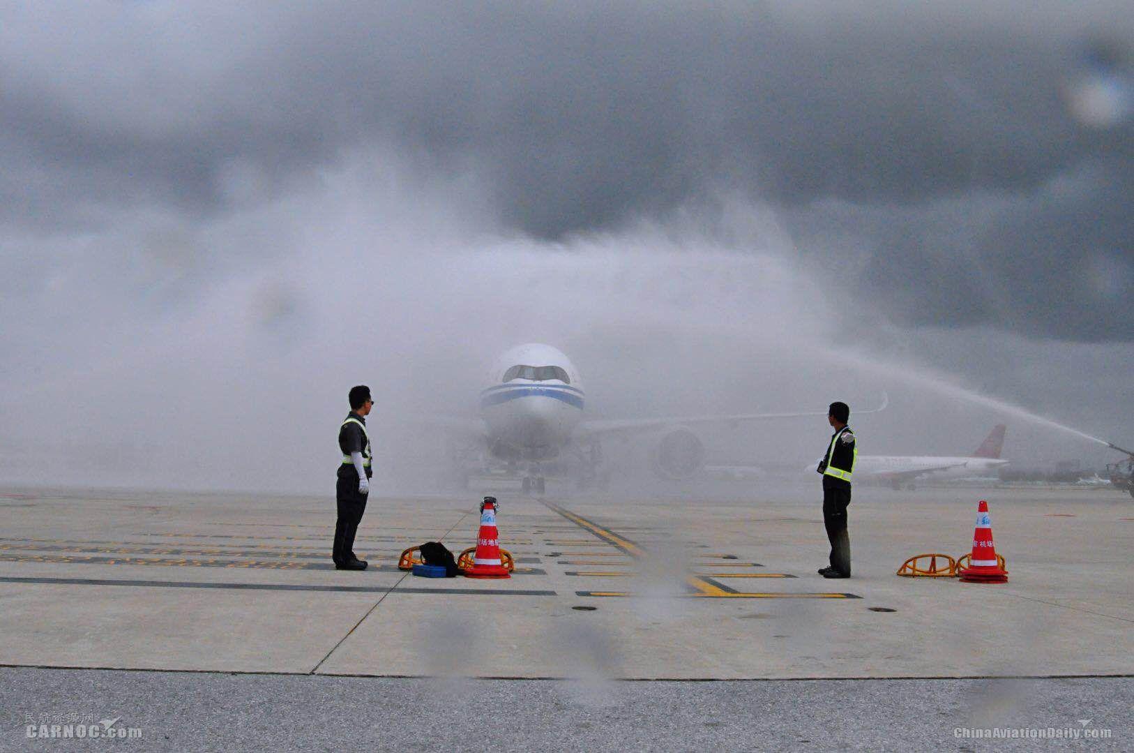 """A350进港接受""""水门""""洗礼"""