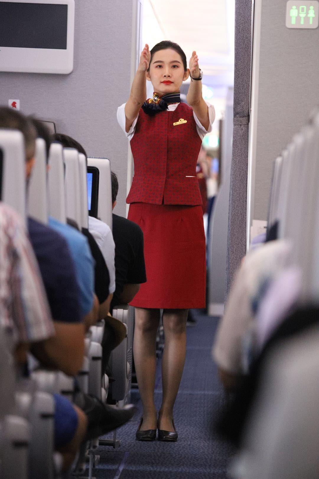 图:国航空乘给旅客做航空安全演示.