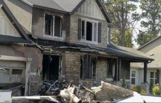 男子涉嫌殴打妻子被捕 保释后驾飞机撞自家住宅