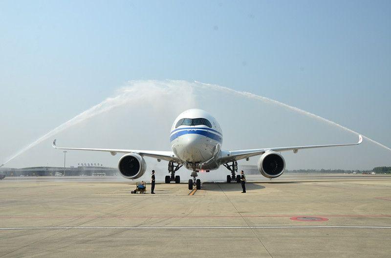 双流国际机场以消防水门仪式隆重欢迎A350-900飞机抵达