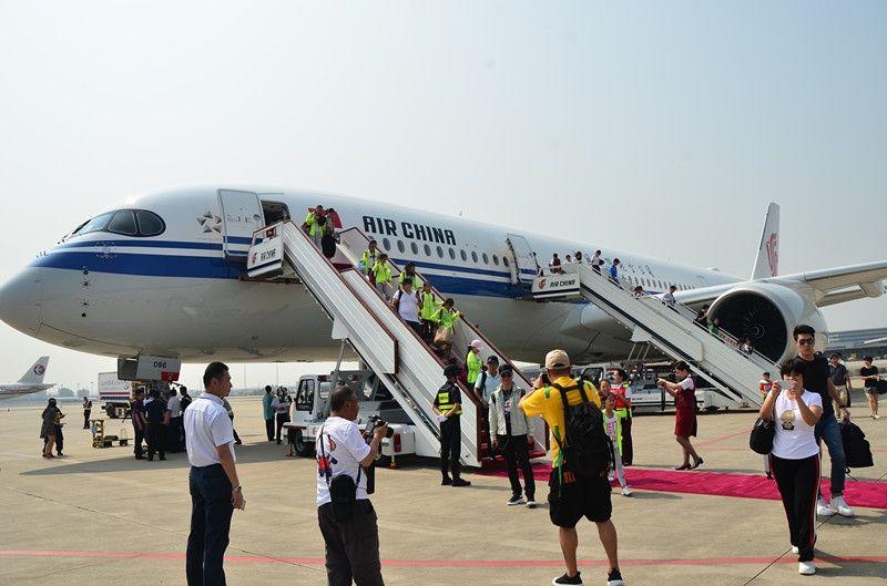 乘坐国航A350-900飞机的旅客抵达成都
