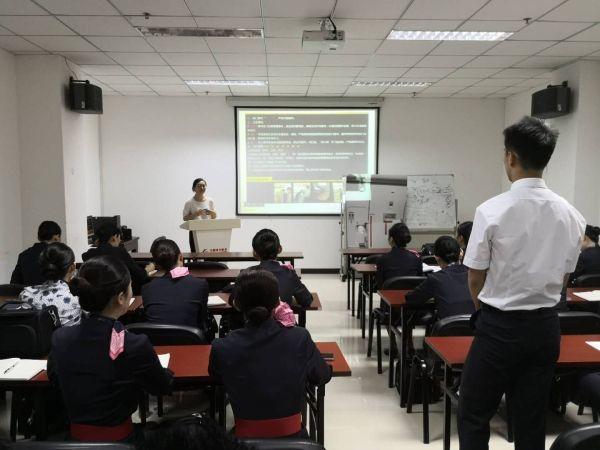 东航北京客舱部新乘务员组织机门培训