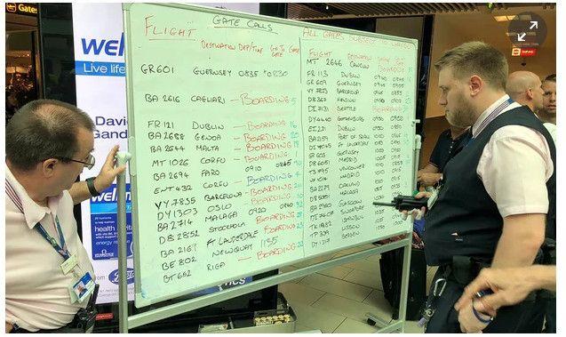 因IT故障 英国机场员工用白板手动更新航班信息
