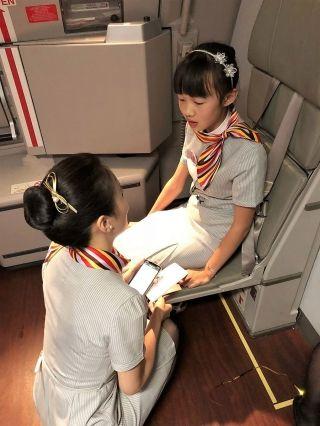 三万英尺举办庆生派对 天津航空圆女孩空乘梦
