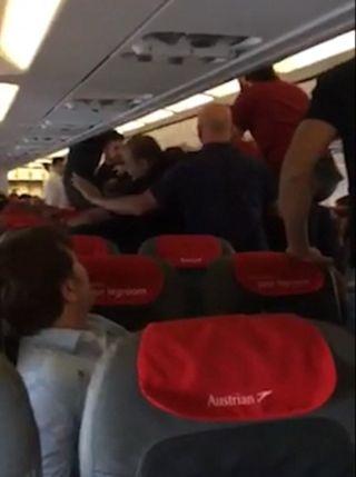 男子机上失控撒野被制服 与乘客争吵殴打乘务员