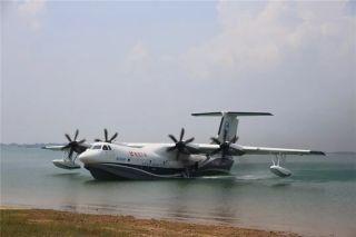 重磅!AG600飞机完成首次下水滑行