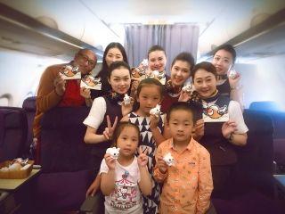 国航西南客舱乘务组开学季机上送祝福