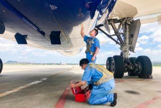短停杭州航班发现ACM故障信息,杭州机务紧急进行检查。(丁俊杰 摄)