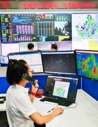 放行签派员在给机组讲解天气,雷雨运动趋势,航路绕飞情况。(刘铭和 摄)