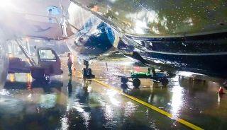 短停出港航班,突然下起大雨,工作人员坚守岗位。(叶世文 摄)