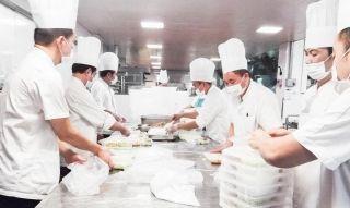 厦航基地食堂工作人员加班加点为旅客准备航延餐食。(李奖姬 摄)