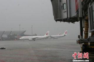 成都暴雨超百个航班受影响 约9000名旅客滞留