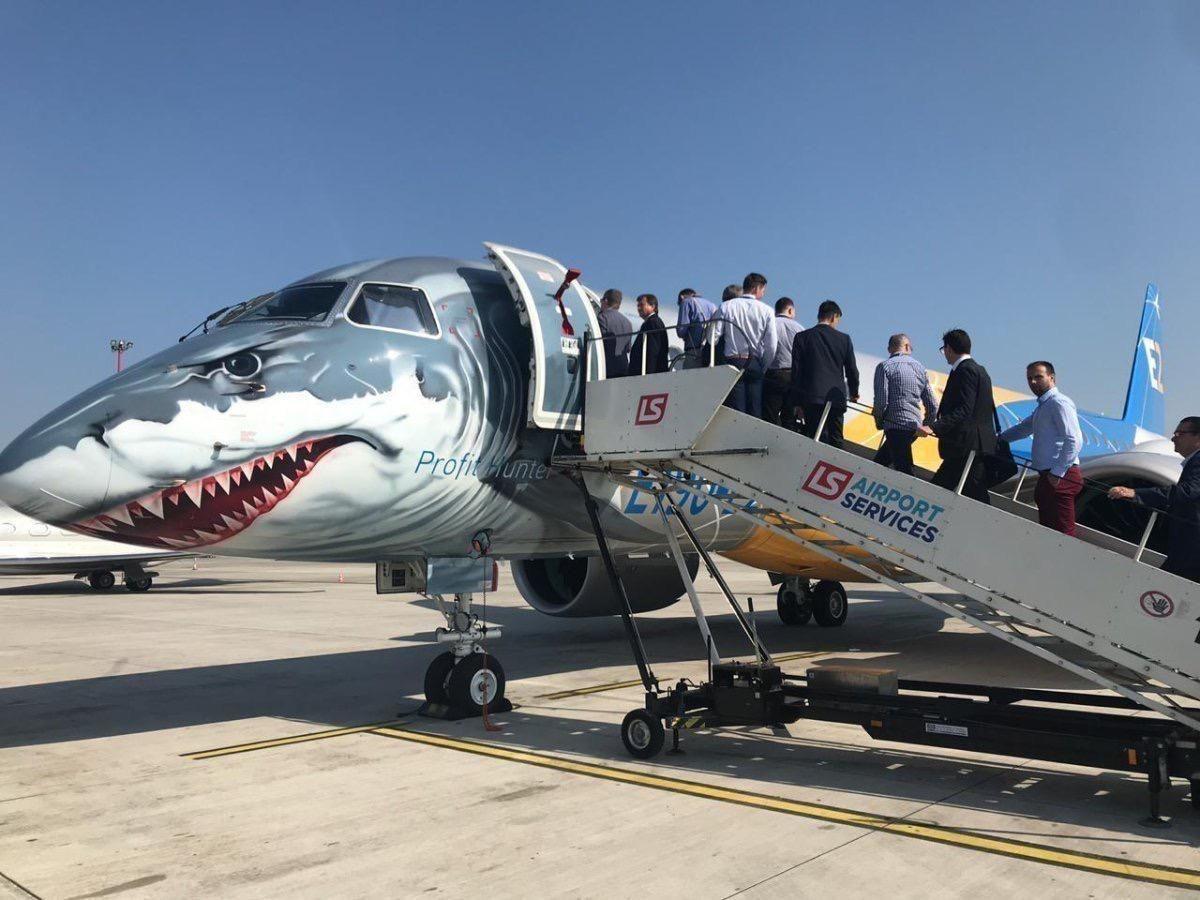 巴航工业大鲨鱼涂装E190-E2抵欧开始演示飞行