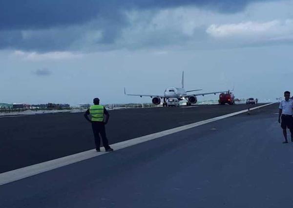 降错了!印度载136人飞机降至在建跑道轮胎报废