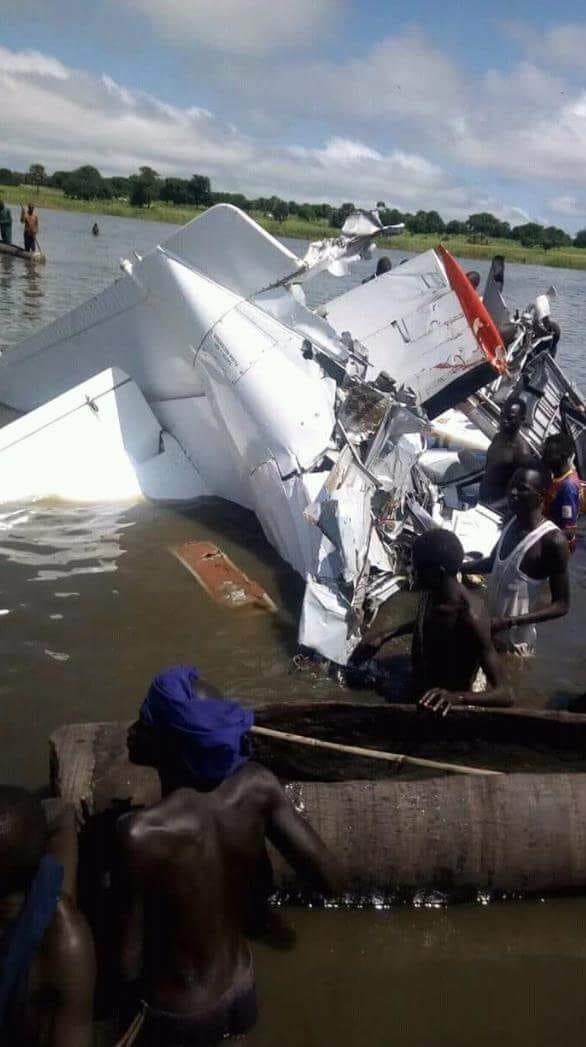 现场|南苏丹一架小型飞机坠入河中  至少17人死亡