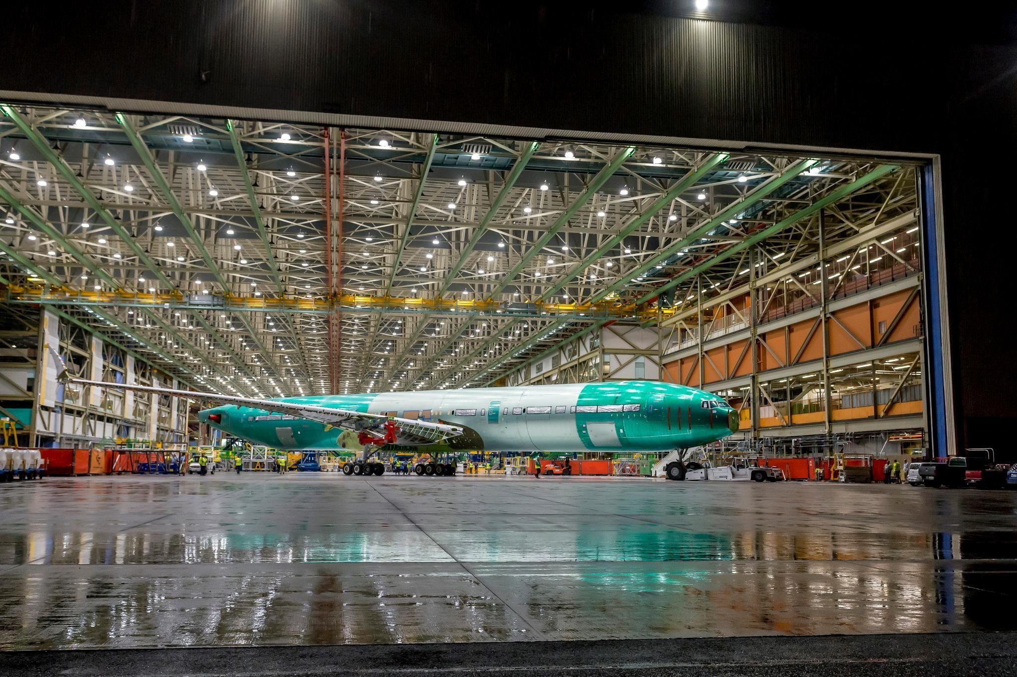 波音777X首架静力试验飞机在埃弗雷特工厂完成总装下线(来源:波音Twitter)