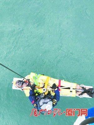 两船员烧伤直升机冒雨吊运 安全送回陆地就医
